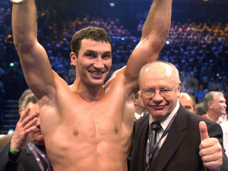 Klaus-Peter Kohl posiert 2003 im Ring mit Wladimir Klitschko