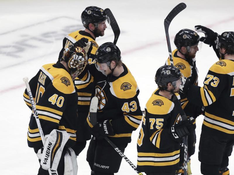 Die Spieler der Boston Bruins feiern ihren Sieg gegen Carolina