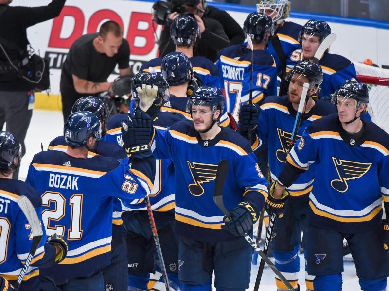Die Spieler der St. Louis Blues feiern den Sieg gegen die San Jose Sharks