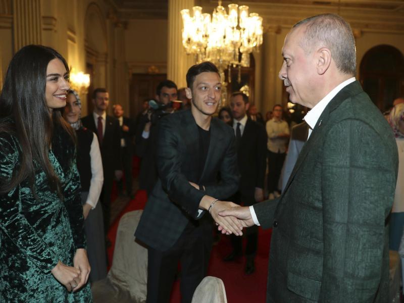 Recep Tayyip Erdogan (r.) Mesut Özil und seine Verlobte Amine Gulse.