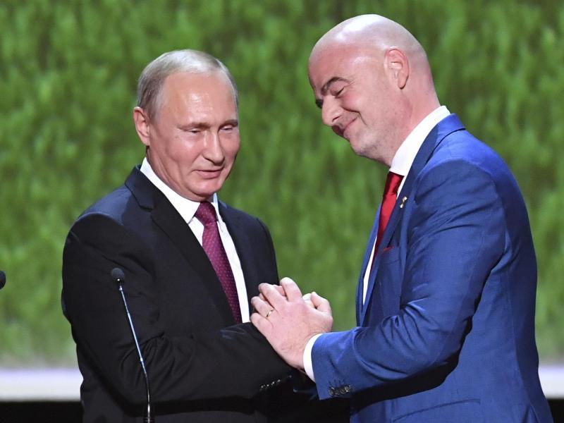 Wladimir Putin (l.) hat FIFA-Chef Gianni Infantino einen Freundschaftsorden verliehen
