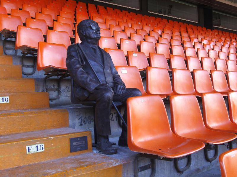Der FC Valencia hat einen verstorbenen Fan mit einer lebensgroßen Bronzestatue geehrt
