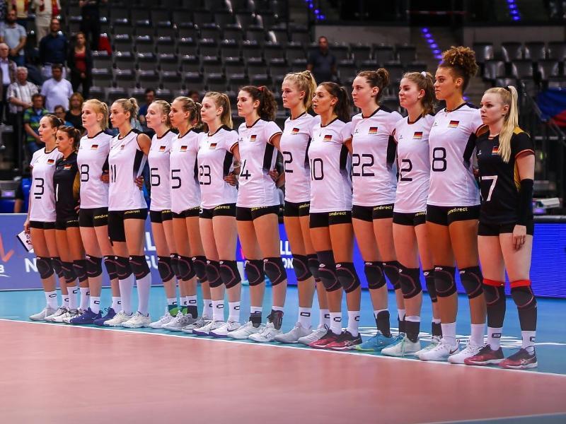 Die deutschen Volleyballerinnen stehen bei der Nationalhymne zusammen auf dem Spielfeld. Foto (Archiv):Christoph Schmidt Foto: Christoph Schmidt