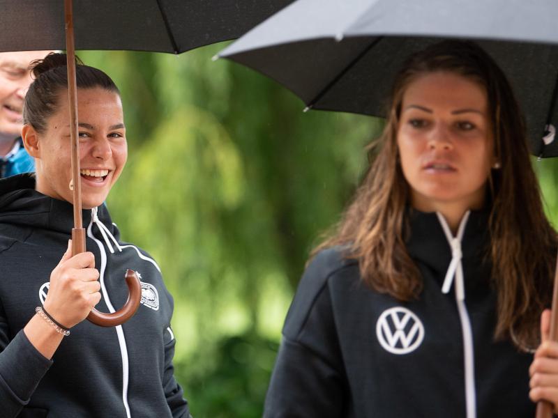 Lena Oberdorf (l) und Melanie Leupolz (r) kämpfen um einen Startplatz