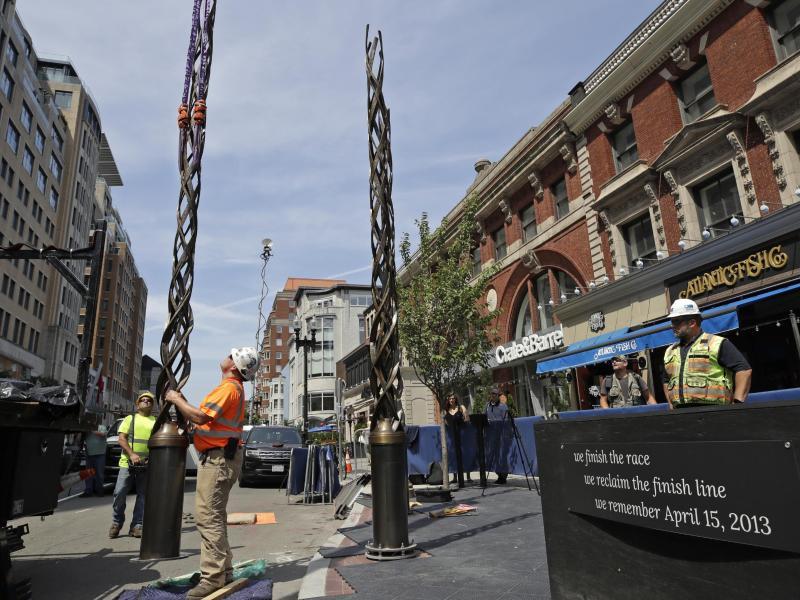 Arbeiter errichten in Bosten Masten, die Teil des Denkmals sind, das an den Anschlag beim Marathon 2013 erinnern wird. Foto: Elise Amendola/AP