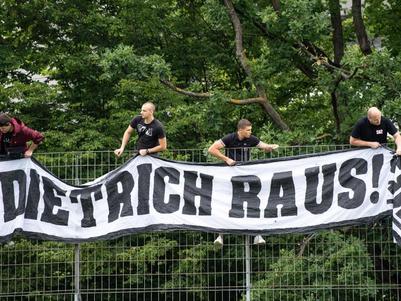 VfB-Fans kritisieren VfB-Präsident Dietrich