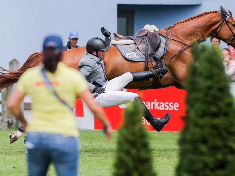 Der Reiter Philipp Weishaupt fällt von seinem Pferd Che Fantastica herab