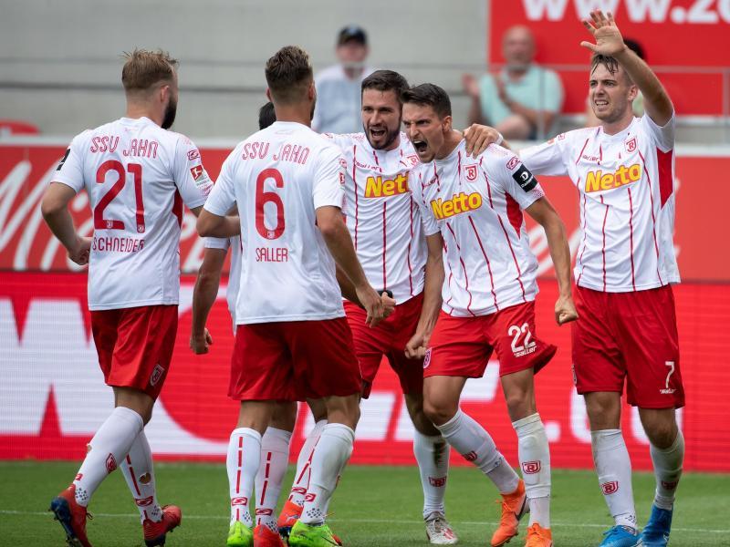 Regensburgs Spieler bejubeln das Tor von Sebastian Stolze (2.v.r.) zum 2:0