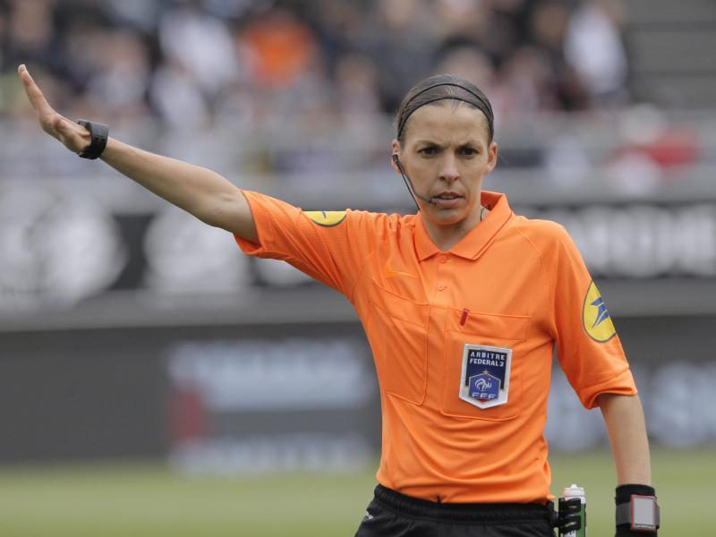 Schiedsrichterin Stephanie Frappart wird den Supercup zwischen dem FCLiverpool und dem FC Chelsea leiten. Foto: Michel Spingler/AP