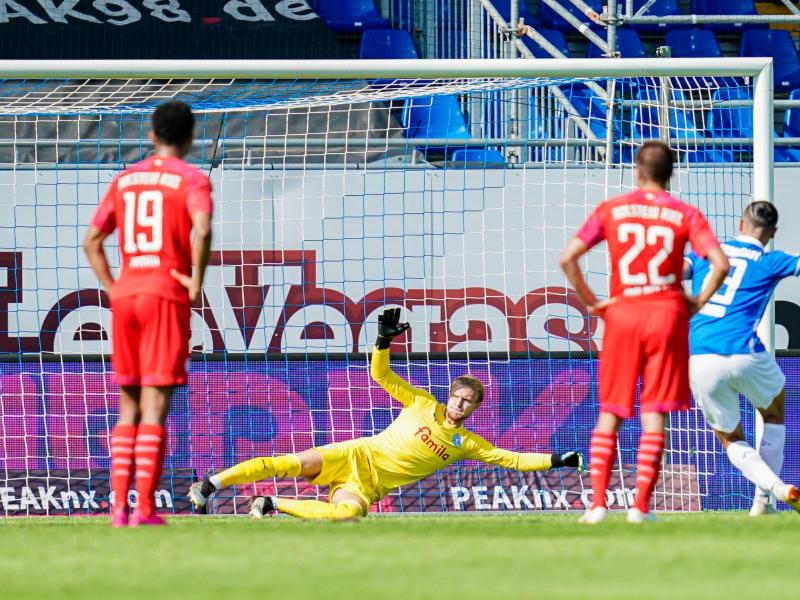 Darmstadts Serdar Dursun (r) schiesst per Foulelfmeter das Tor zum 2:0 gegen Kiel