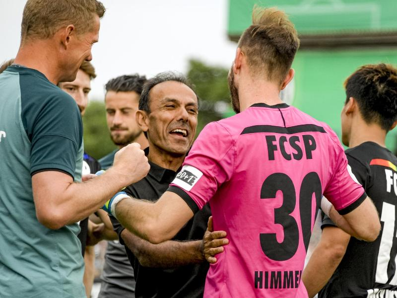 St. Paulis Trainer Jos Luhukay (M) gratuliert seinem Torwart Robin Himmelmann