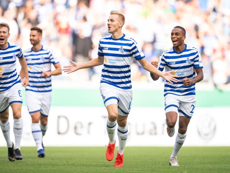Duisburgs Lukas Daschner (2.v.r.) jubelt nach seinem Treffer zur 1:0-Führung