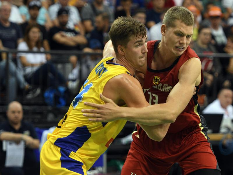 NBA-Spieler Moritz Wagner (r.) gab gegen Schweden sein Debüt im Nationaltrikot