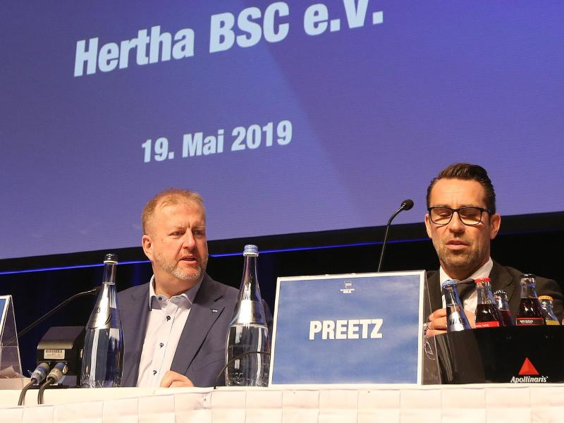 Die Hertha-Geschäftsführer Ingo Schiller (l) und Michael Preetz
