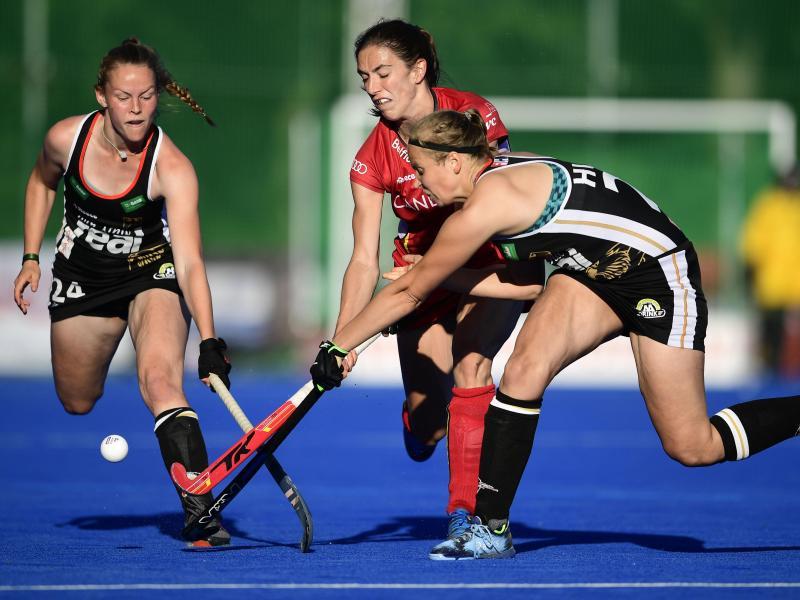 Die deutschen Pia Maertens (l) und Viktoria Huse (r) kämpfen mit der Belgierin Judith Vandermeiren (M) um den Ball