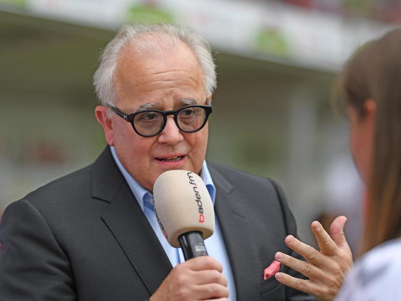 Freiburgs Präsident Fritz Keller spricht vor dem Bundesligaauftakt gegen Mainz 05