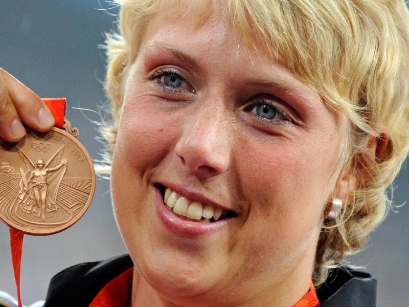 Christina Obergföll, hier mit der Bronze-Medaille, erhält nachträglich Olympia-Silber
