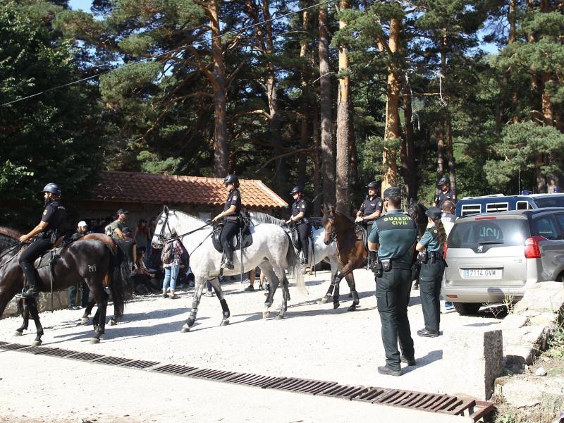 Polizisten und Freiwillige durchkämmen ein Wandergebiet nach Blanca Fernández Ochoa