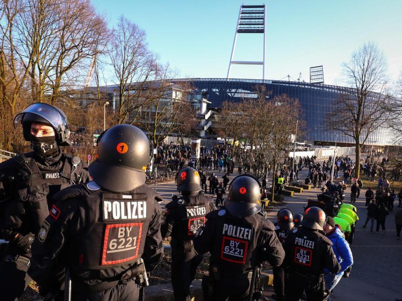 Polizeieinsatz vor dem Weserstadion