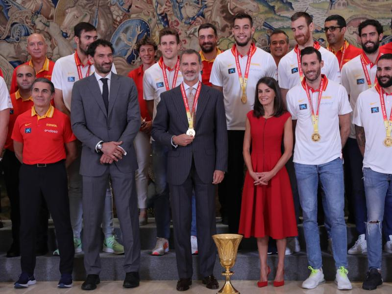 Spaniens König Felipe VI. (M) bekam die Goldmedaille um den Hals gehängt