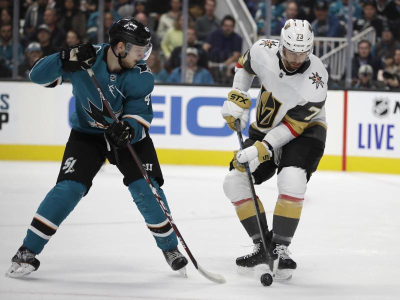 Lean Bergmann (l) von den San José Sharks wird von Brandon Pirri von den Vegas Golden Knights attackiert