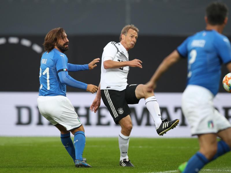 Jürgen Klinsmann trift zum 2:0 für die DFB-All-Star, Italiens Andrea Pirlo kommt zu spät