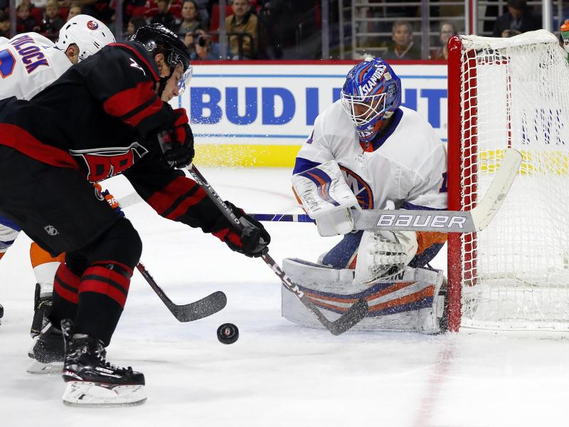 Konnte die Niederlage gegen Carolina nicht verhindern: Islanders-GoalieThomas Greiss (r). Foto: Karl B Deblaker/FR7226 AP/dpa