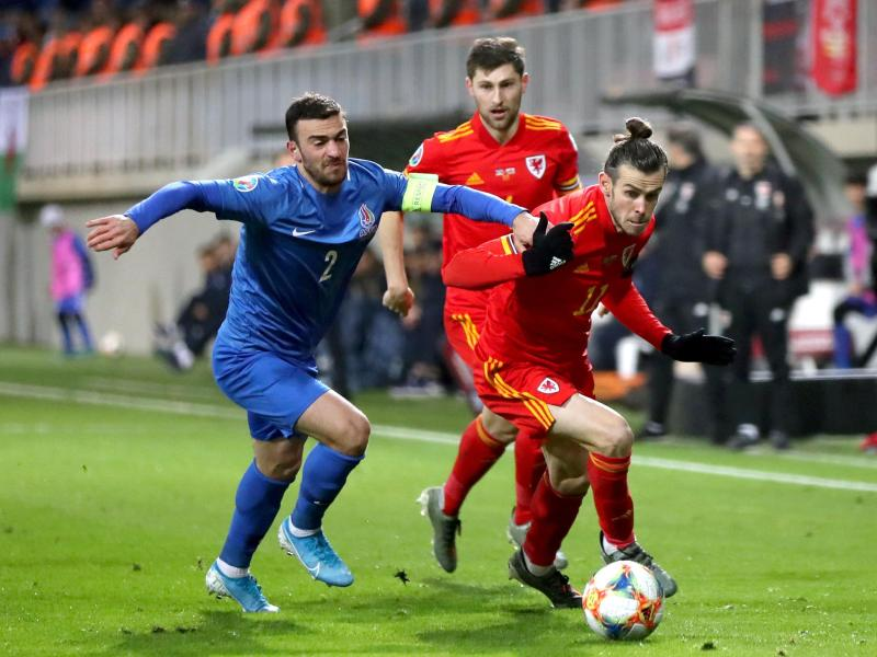 Der Waliser Gareth Bale (r.) setzt sich gegen Qara Qarayev aus Aserbaidschan durch