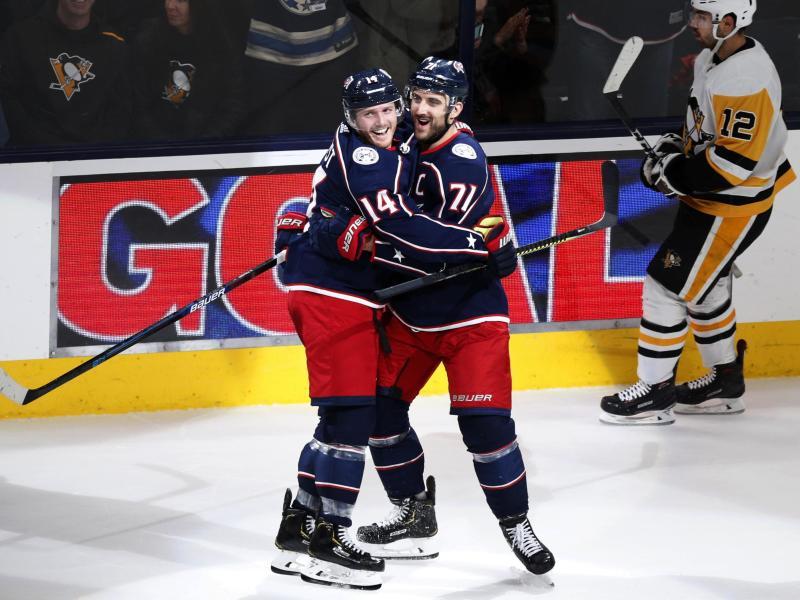 Gustav Nyquist (l.) und Nick Foligno von den Columbus Blue Jackets feiern den Sieg gegen die Pittsburgh Penguins