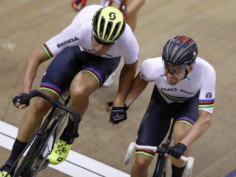 Holten sich in Hongkong den Sieg beim Madison-Doppel: Roger Kluge (l.) und Theo Reinhardt. Foto: Darko Bandic/AP/dpa