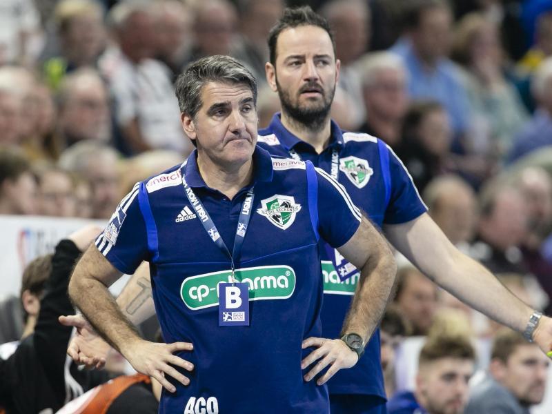 Hannover und Coach Antonio Carlos Ortega (l) verlieren im Titelkampf an Boden. Foto: Frank Molter/dpa