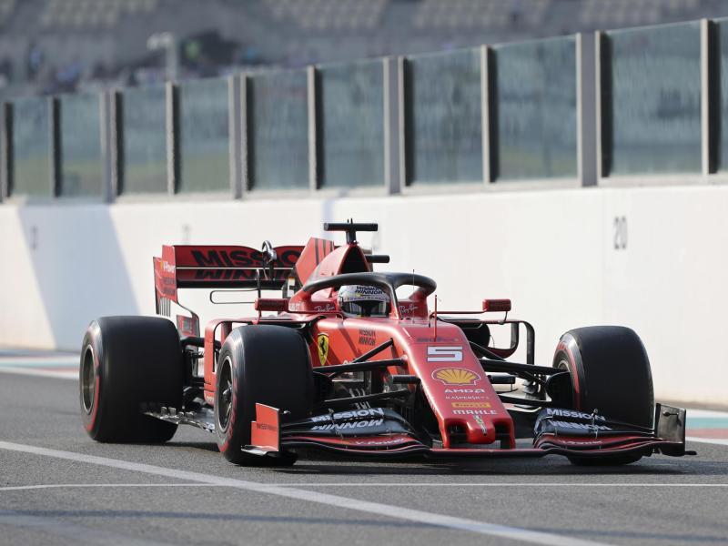 Sebastian Vettel rast in seinem Ferrari über die Strecke