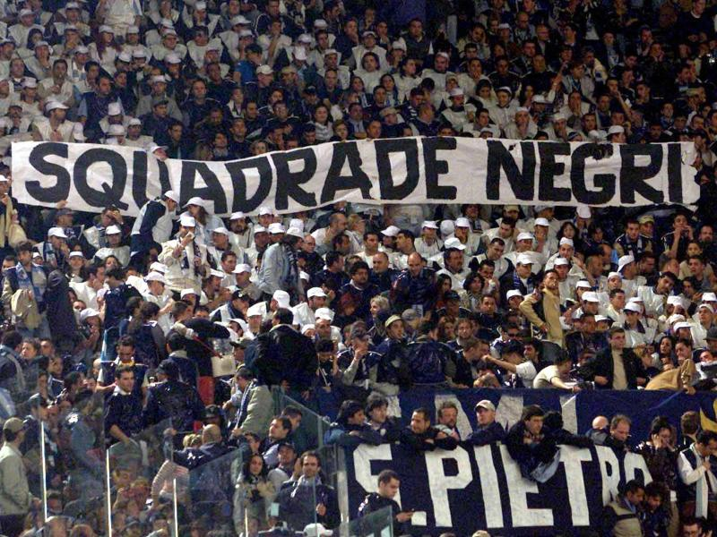 In den italienischen Stadien fallen Zuschauergruppen immer wieder durch rassistische Äußerungen auf
