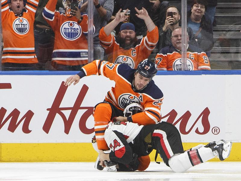 Bei einem Kampf auf dem Eis gegen Milan Lucic von den Edmonton Oilers zieht Ottawa-Spieler Mark Borowiecki (unten) den Kürzeren