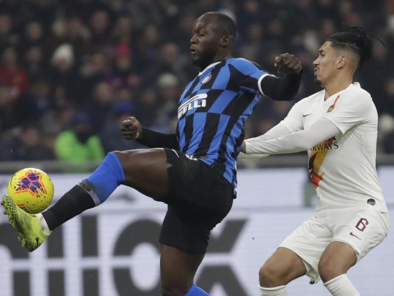 Romelu Lukaku (l) von Inter Mailand behauptet den Ball gegen Chris Smalling. Foto: Luca Bruno/AP/dpa