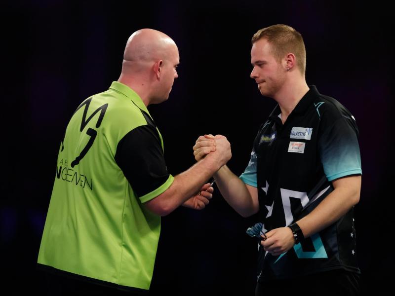 Will bei der Darts-WM Revanche gegen Michael van Gerwen (l): Max Hopp