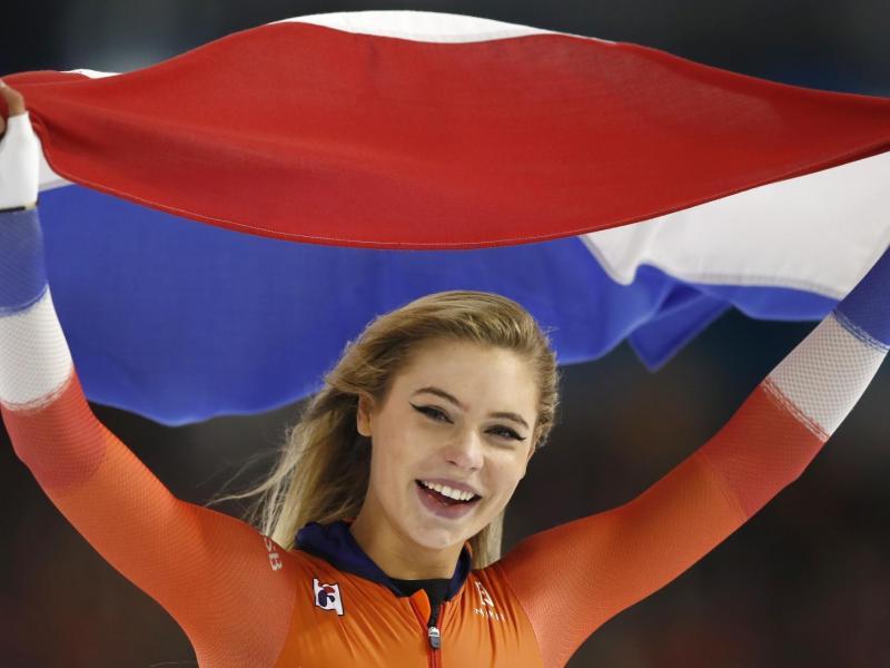 Die Niederländerin Jutta Leerdam jubelt nach ihrem Sieg über 1000 Meter