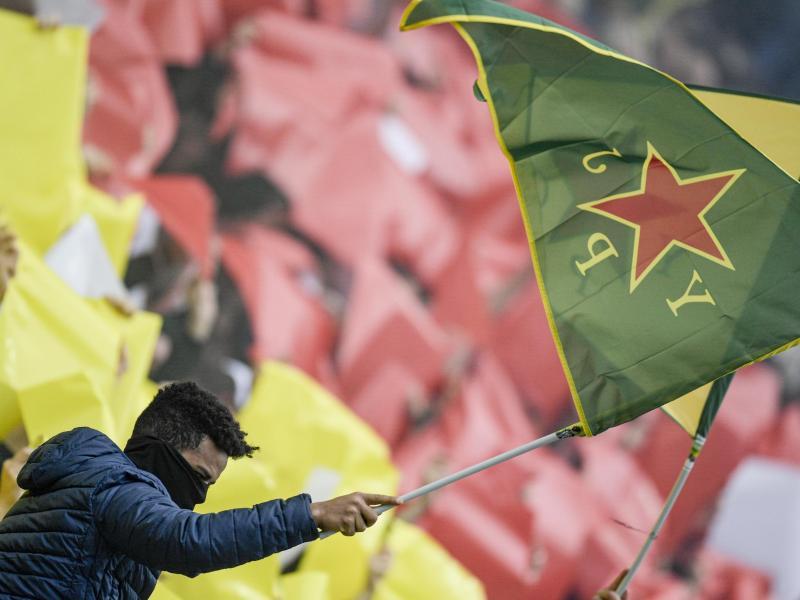 Pauli-Fans hatten Fahnen der kurdischen Frauenverteidigungseinheiten YPJ geschwenkt