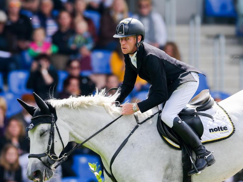 Marcus Ehning auf seinem Pferd Calanda. Foto: Rolf Vennenbernd/dpa