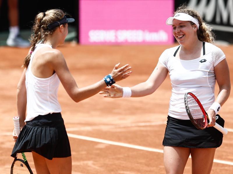 Anna-Lena Friedsam (r) und Antonia Lottner gewannen ihr Doppel