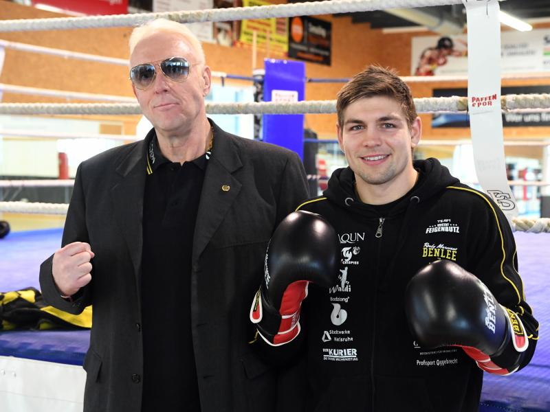 In guter Laune vor dem großen Kampf in Nashville: Boxer Vincent Feigenbutz (r) und sein Manager Rainer Gottwald. Foto: Uli Deck/dpa