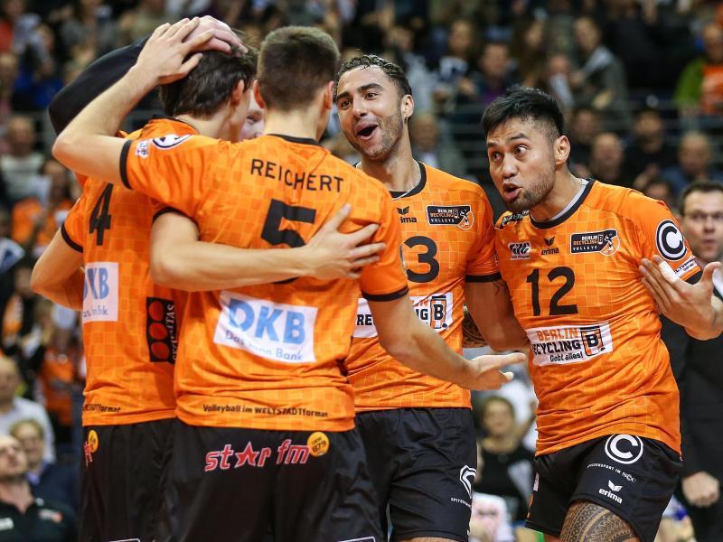BR Volleys Jendryk (l-r), Reichert, Patch und Tuia bejubeln den Pokalsieg