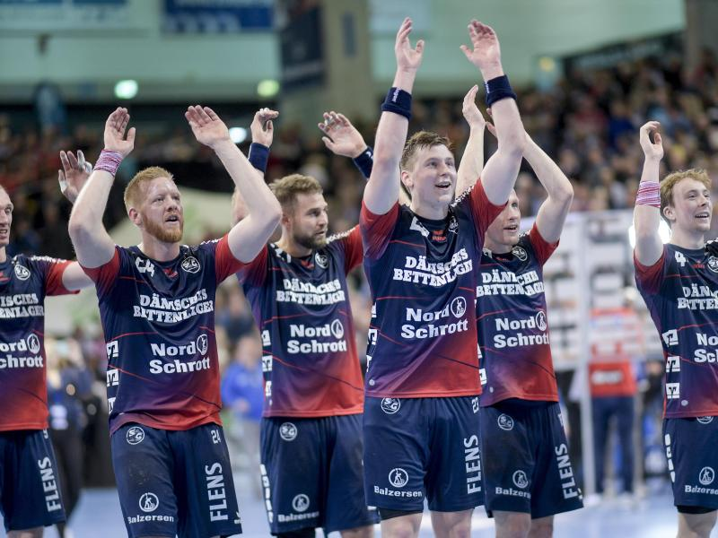 Flensburgs Spieler feiern den Sieg