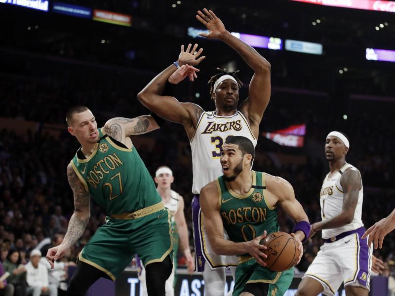 Jayson Tatum (vorne rechts) und Daniel Theis (l) verloren mit den Celtics