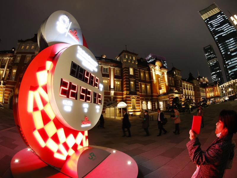 In Tokio zeigt eine Countdown-Uhr die Zeit bis zu den verschobenen Olympischen Spielen an