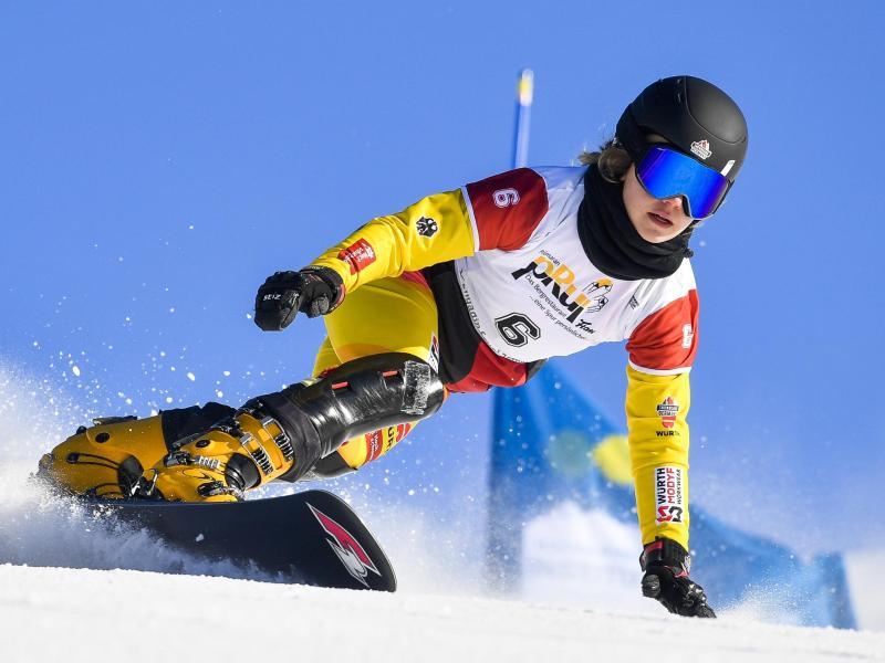 Helferin in Corona-Zeiten: Snowboarderin Carolin Langenhorst. Foto: Gian Ehrenzeller/KEYSTONE/dpa
