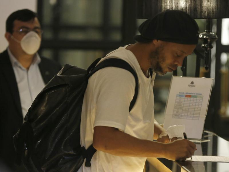 Ex-Fußballstar Ronaldinho kommt nach der Haft in einem Hotel an
