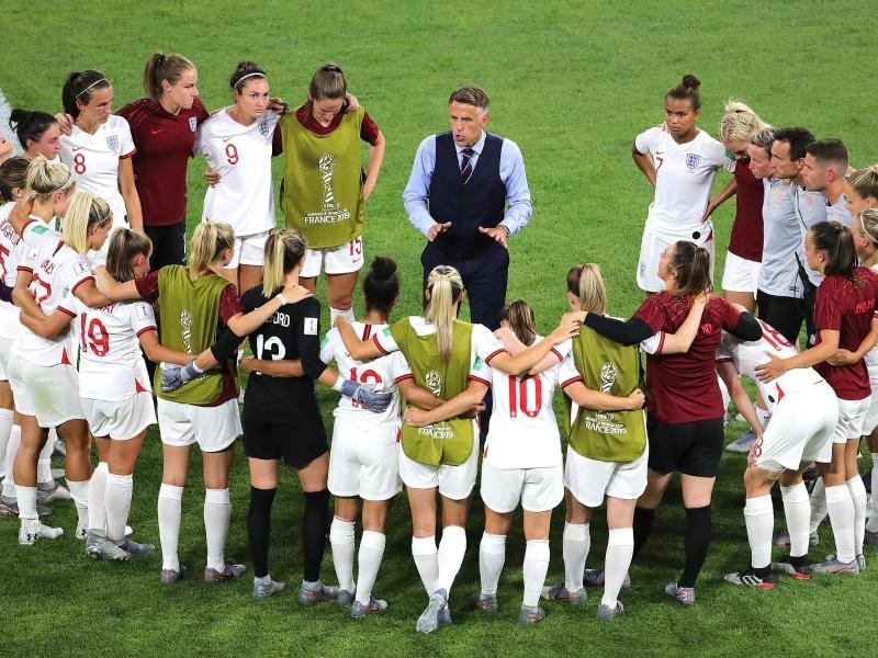 Phil Neville (M), Trainer der englischen Frauen-Fußball-Nationalmannschaft, im Gespräch mit den Spielerinnen