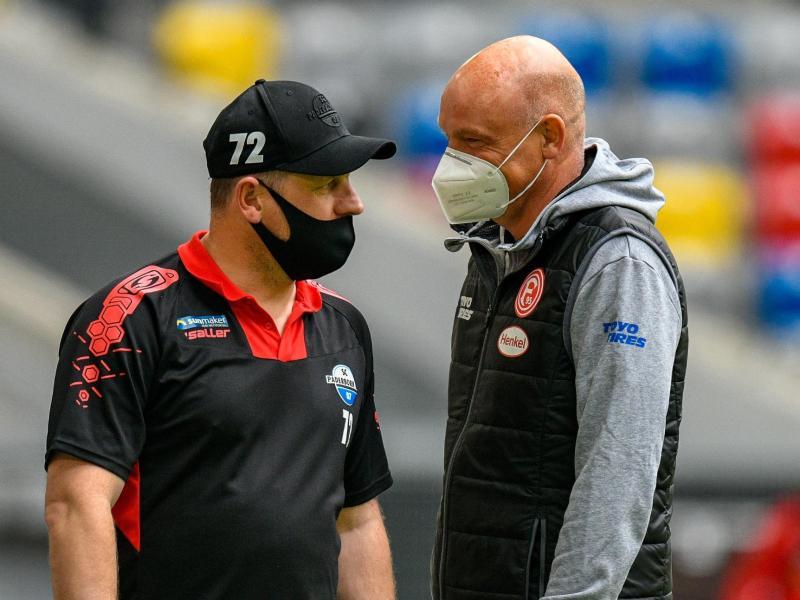 Paderborns Trainer Steffen Baumgart (l.) und sein Kollege Uwe Rösler im Gespräch