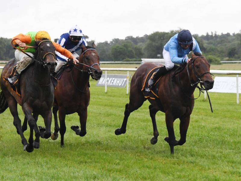 Der Jockey Wladimir Panov (r) gewinnt mit dem Pferd Namos beim Frühjahrsmeeting